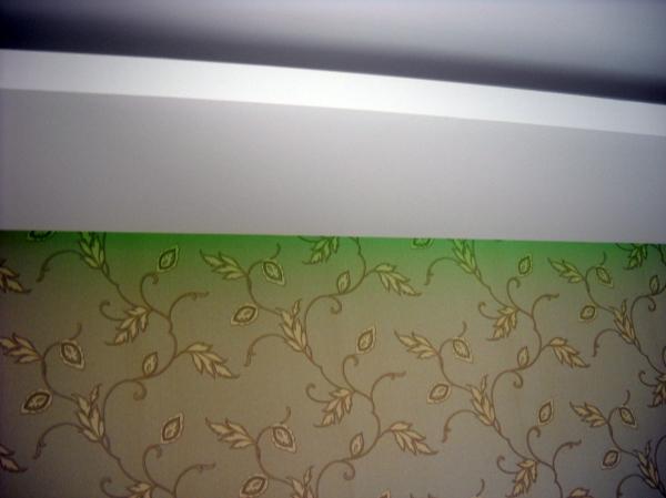 Foto luce soffusa e gola luminosa dietro con led colorati for Parete dietro letto