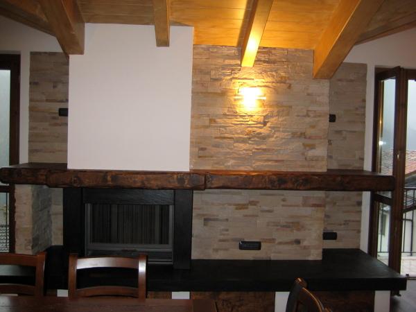 Foto mansarda con camino e rivestimento parete in pietra for Piani di casa con camino a doppia faccia