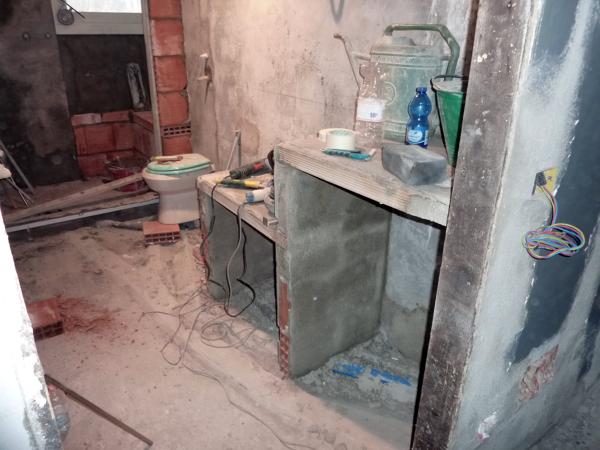 Foto muretto in muratura per appoggio lavandino e nicchia - Lavabo in muratura per bagno ...