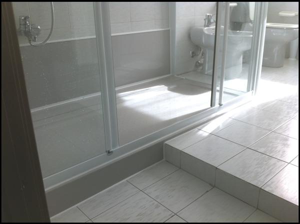 Prezzi Piastrelle Bagno : Foto doccia grigia con particolare scalino di sovabad