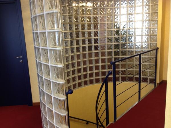 Foto parete curva in vetrocemento con testa a finitura - Mobiletti in vetro ...