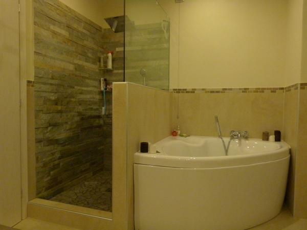 Foto sala da bagno effetto pietra di gb ceramiche