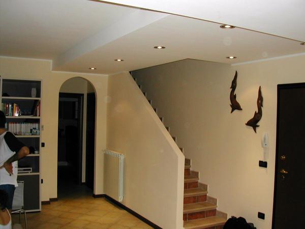 Foto parete ad arco e controsoffitto di il dado soluzioni per interni 48611 habitissimo - Soluzioni per chiudere scale interne ...