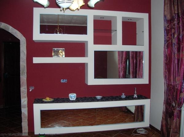Foto parete attrezzata con fondo rosso porpora di color for Parete rossa soggiorno
