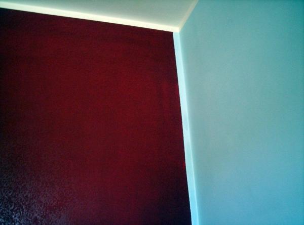 Foto parete grigio perla e rosso cardinale di duemme for Camera da letto grigio perla
