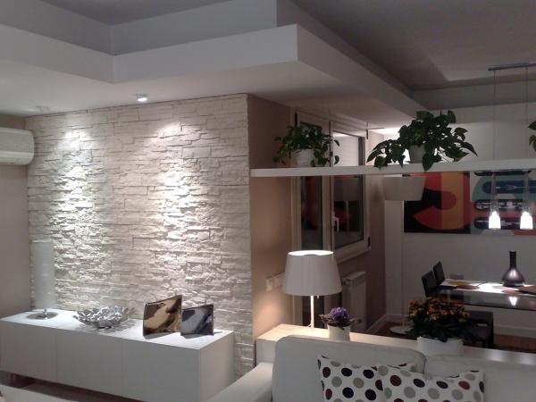 Foto parete in pietra e veletta d 39 arredo in cartongesso for Parete soggiorno cartongesso