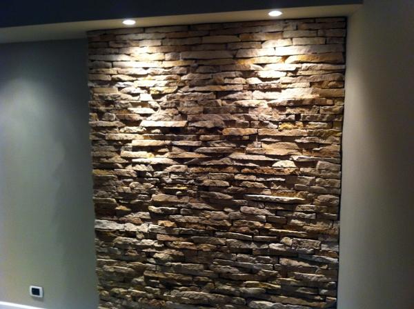 Parete in pietra dietro il letto idee creative su - Camera da letto con parete in pietra ...
