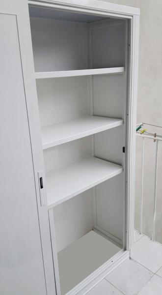 Armadi Da Esterno Ante Scorrevoli.Foto Particolare Armadio Per Esterni In Alluminio Bianco Con Ante