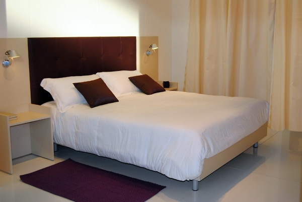 Foto particolare letto arredo camera hotel di mar mobili for Arredamento camere hotel prezzi