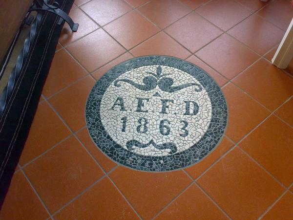 Foto pavimento in gres con inserto in mosaico di cozzi for Pavimento con mosaico