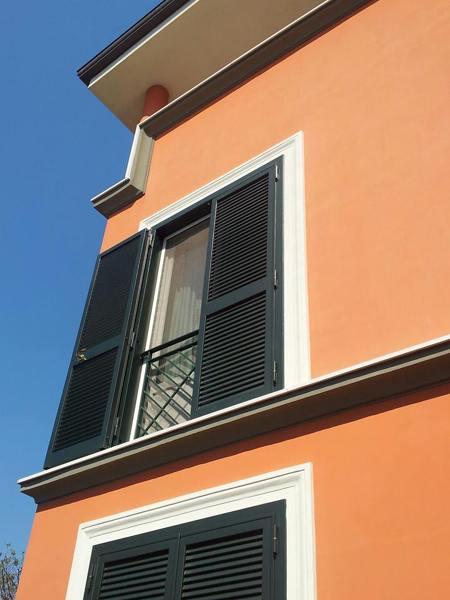 Foto persiana con ringhiera finto balcone di i c for Finestra balcone