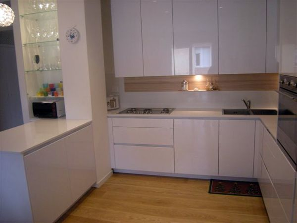 Foto piano cucina in quarzo bianco di verona stones - Top cucina okite ...