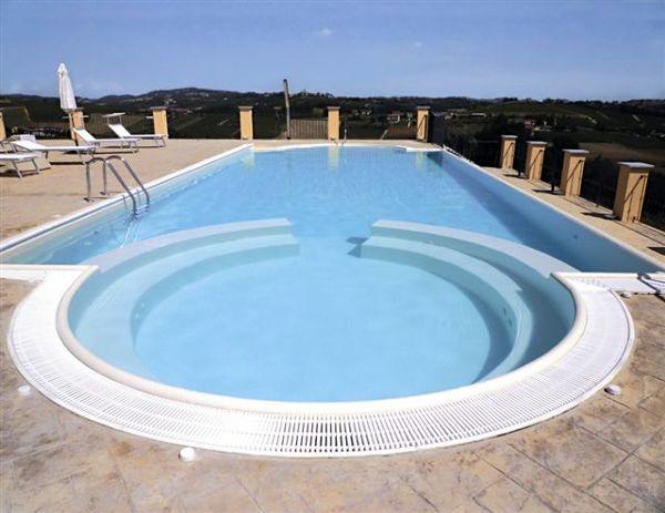Foto piscina con area relax di acqua spa s r l 48585 - Costo manutenzione piscina ...
