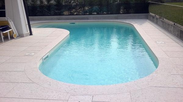 Foto piscina skimme in cemento armato forma libera di - Piscina cemento armato ...