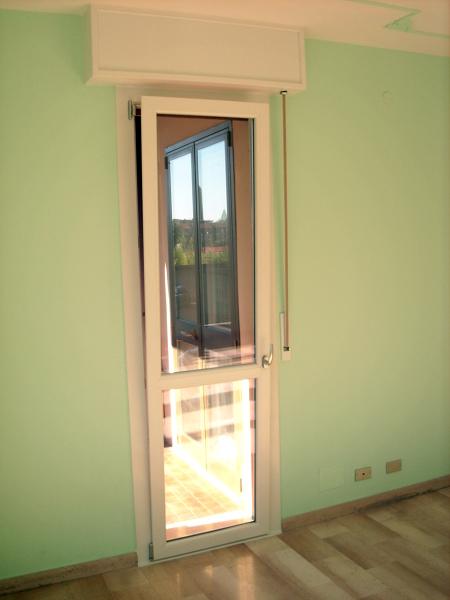 Foto porta balcone pvc di tecnomontaggi e manutenzioni for Porta balcone pvc prezzi