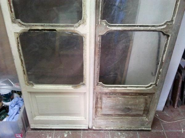 Foto porta finestra prima e sverniciata di restauro infissi con aggiunta del vetro camera - Cambiare vetro finestra ...
