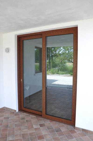 Foto porta scorrevole alzante in alluminio tinta legno - Porta garage scorrevole ...