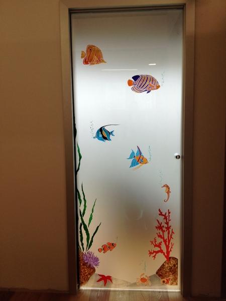 Foto porta scorrevole decorata di 035 serramenti e vetri - Decorazioni su porte interne ...