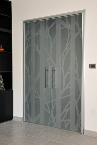 Foto porta vetro doppia battente di mazzoli porte vetro for Porta vetro battente