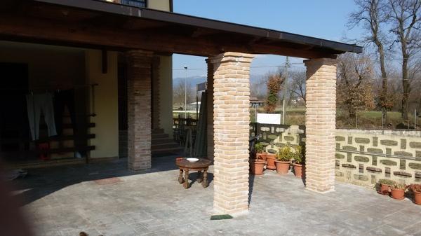 Foto portico con rivestimenti colonne a mattoni di for Portico moderno