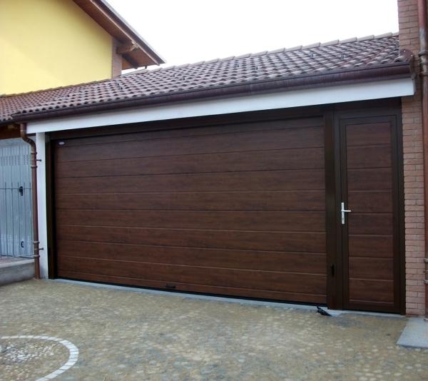 Foto portone sezionale con porta laterale di doorhan - Portoni in legno prezzi ...