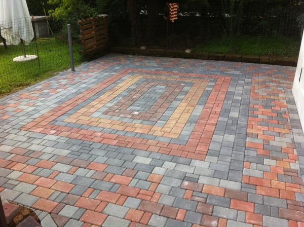 Foto posa pavimentazione in autobloccanti per patio - Pavimentazione giardino autobloccanti ...