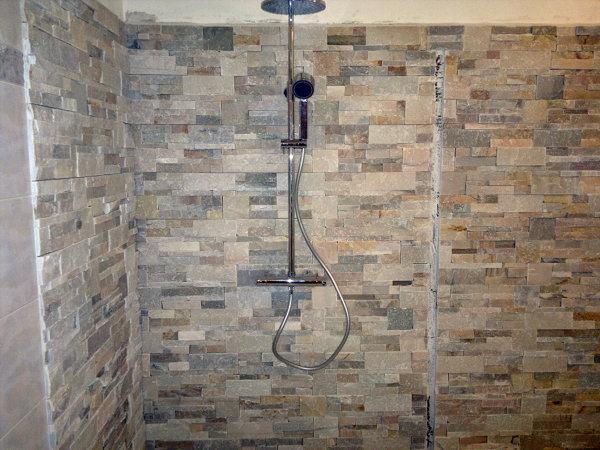 Foto posa pietre decorative su pareti e angolo doccia di - Listelli decorativi per bagno ...