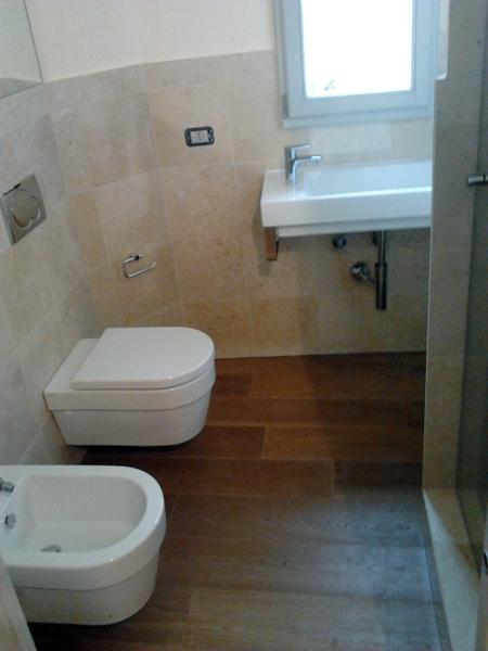 Foto realizzazione bagno con parquet di multicalor 56459 - Pavimento in legno per bagno ...