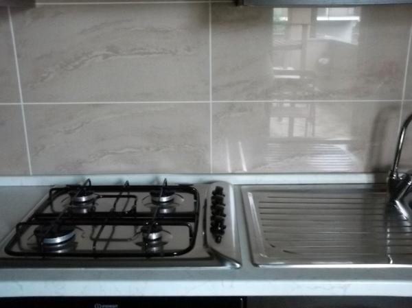 Foto recupero cucina con piastrelle che non appartengono al