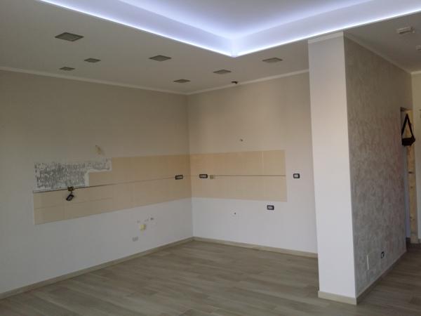 Foto ribassamento soffitto con faretti e striscia led e decorazione cucina di campolo luca - Striscia led cucina ...