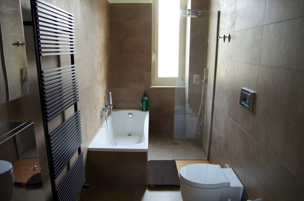 Foto rifacimento bagno con doccia e vasca di verde mattone srl