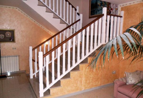 Foto ringhiera in legno massello laccata di artiscala for Rivestire una scala in legno