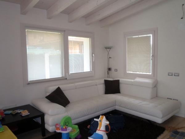 Foto sala con travi sbiancate di roby tinteggiature for Finte travi in legno bianche