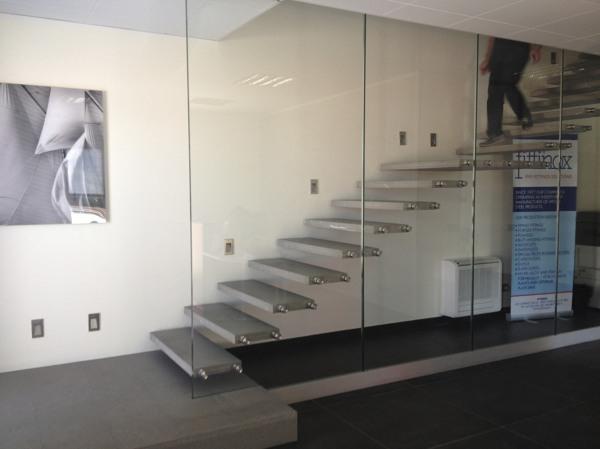 Foto scala a sbalzo con parete in vetro strutturale di - Parete in vetro prezzi ...