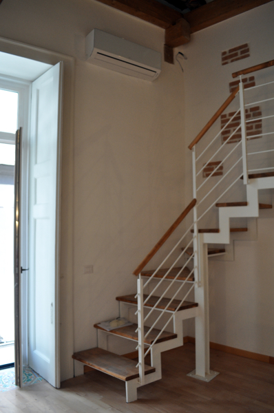 Foto scala con struttura in ferro e gradini in legno di for Gradini in legno prezzi