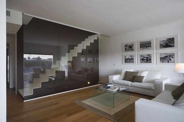 Foto scala metallo con parapetto vetro di vettoretti - Corrimano in vetro per scale ...