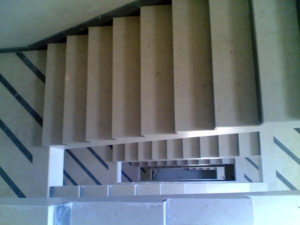Foto scale in marmo biancone grigio imperiale di - Scale in marmo ...