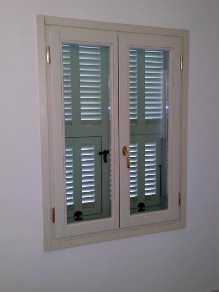 Foto serramento con persiana in legno color bianco di for Infissi color legno