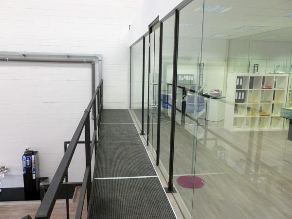 Foto soppalchi ufficio con vetrate a chiusura di for Garage con ufficio