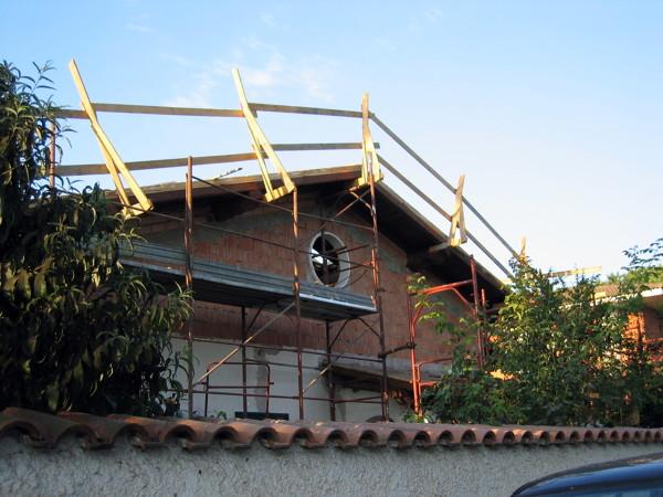 Foto sopraelevazione con tetto in legno durante di new for Sopraelevazione in legno