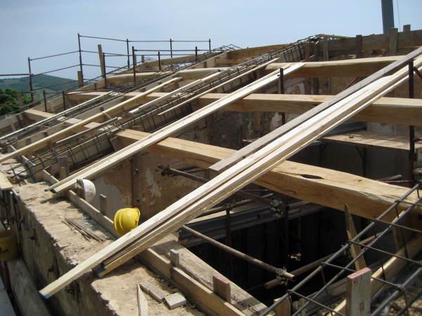 Foto struttura per tetto spiovente di edil serafini di for Capannone tetto spiovente