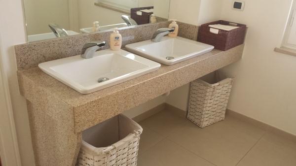 Foto top bagno in granito giallo persia di marmo living