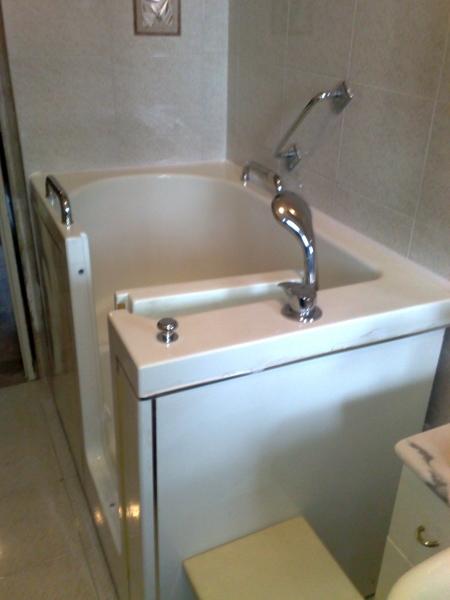Foto vasca con porta apribile di forme per l 39 acqua 46658 - Vasca con porta prezzi ...