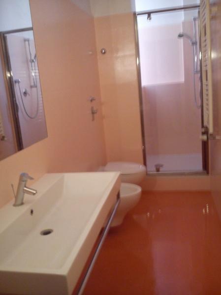 Foto verniciatura piastrelle bagno dopo di giovanni manfreda 215583 habitissimo - Colorare piastrelle bagno ...