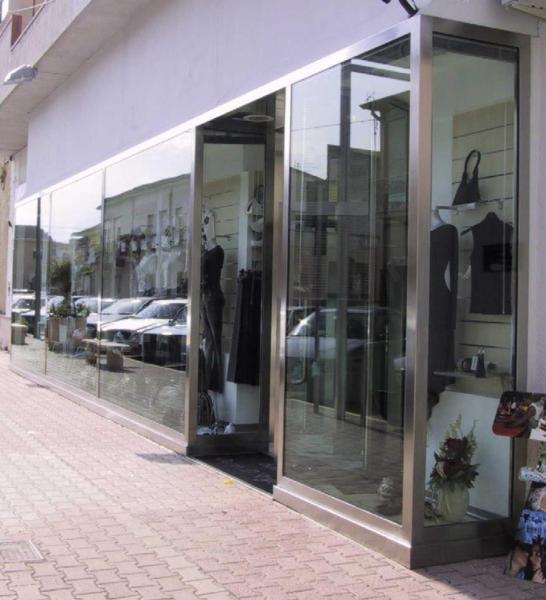 Foto vetrate in alluminio effetto acciaio per negozi di for Arredo inox crotone