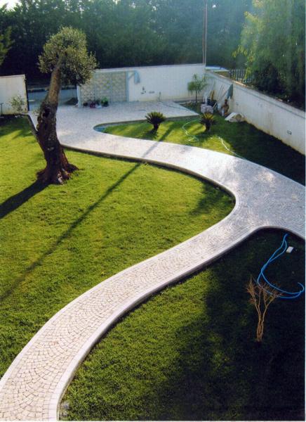 Foto vialetto con cordolo in marmo bianco di apricena di for Pietre bianche da giardino prezzo