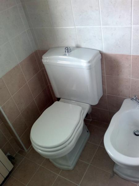 Foto wc con cassetta a zaino retr di idealnova 117257 habitissimo - Foto wc opgeschort ...