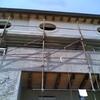 Montaggio al secondo piano di muri e tetto in legno entroterra genovese