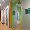 Dipingere pareti in truciolare all'interno di una mostra permanente