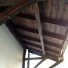 Tettoia esterna in legno e coppi a sbalzo